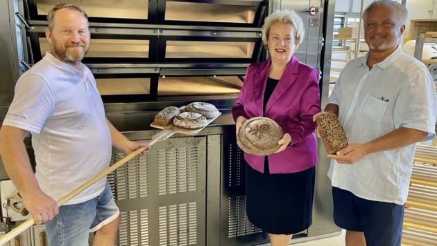 Landtagspräsidentin Verena Dunst stattete der innovativen Bäckerei in Güssing mit Initiator Franz Teufl (re.) und Bäckermeister Michal Färbinger (li.) einen Besuch ab und war begeistert. (Bild: Schulter Christian)