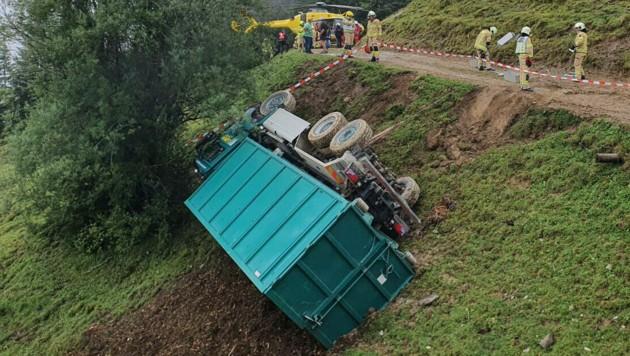 Der Lastwagen blieb rund 15 Meter unterhalb der Straße liegen. (Bild: zoom.tirol)