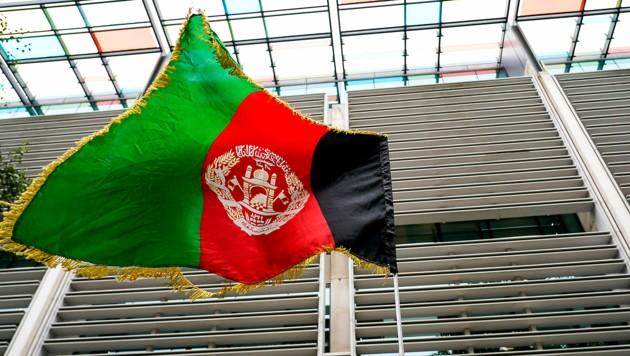 Eine afghanische Flagge vor dem britischen Innenministerium in London (Bild: AP)