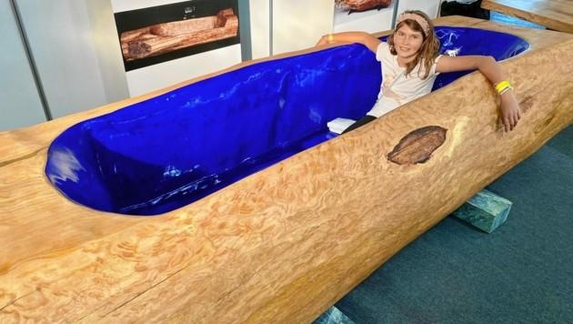 Ganz bequem hatten die Besucher der Herbstmesse in dieser Holz-Badewanne Platz. Sie ist immerhin 3,30 Meter lang und 1,3 Meter breit. (Bild: Alfons Pirker)