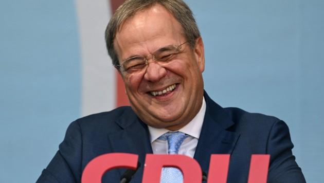 Gibt es für die CDU von Kanzlerkandidat Armin Laschet doch noch Grund zum Lachen? In der jüngsten Umfrage holt die Union noch einmal auf die SPD auf. (Bild: AFP)