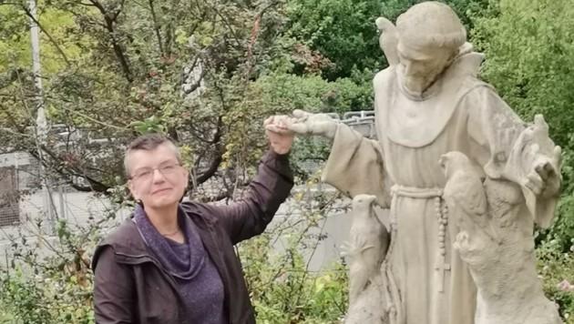 """Präsidentin Petrovic """"verabschiedete"""" die Heiligenstatue (Bild: Tierschutz Austria)"""