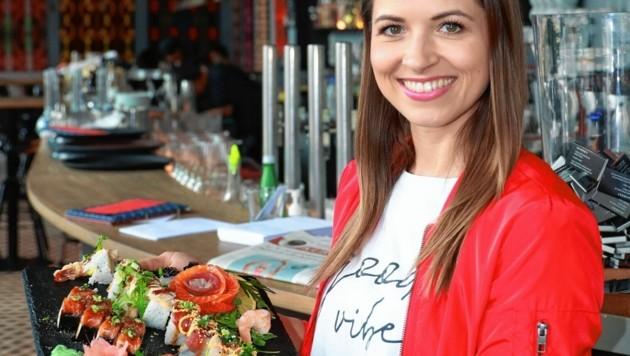 """Kristina Inhof im puren Glück im Restaurant """"Market"""" am Wiener Naschmarkt. Gutes Essen gibt ihr, wie sie sagt, """"mentale Kraft"""". (Bild: Zwefo)"""