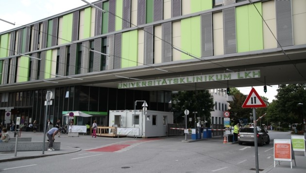 In der ersten Welle war das Universitätsklinikum in der Stadt Salzburg die erste und einzige Anlaufstelle für Covid-Positive. Das wurde ab der zweiten Welle jedoch geändert. (Bild: Tröster Andreas)