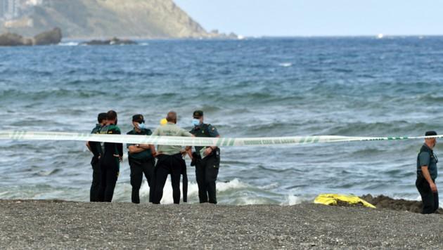 Spanische Polizisten nach einem Flüchtlingsdrama an der Küste Ceutas (Archivbild) (Bild: APA/AFP/ANTONIO SEMPERE)