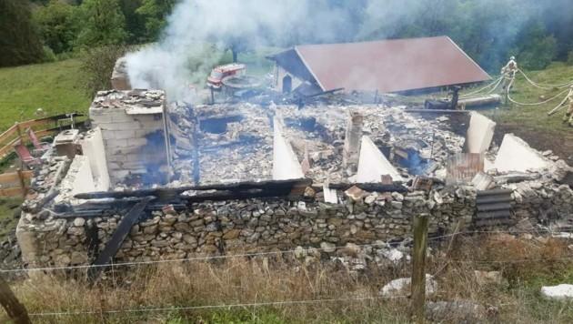 Das zerstörte Almgebäude (Bild: ZOOM.TIROL)