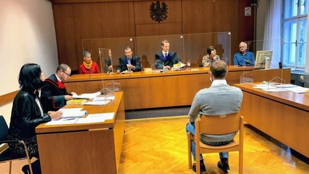 Beim Prozess in Klagenfurt wurde der Feuerwehrmann zu sechs Jahren Haft verurteilt; ein Monat wird ihm nun erspart. (Bild: Wassermann Kerstin)