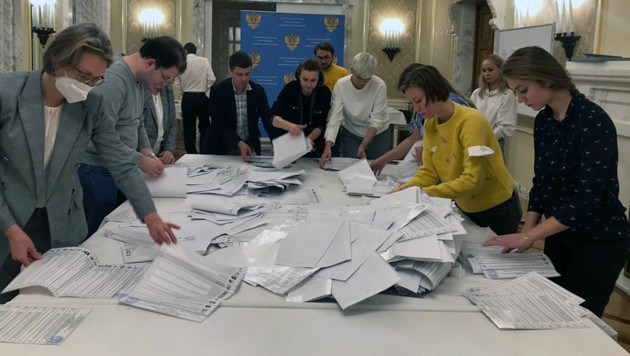 Stimmenauszählung in der russischen Botschaft in Wien (Bild: twitter.com/RusBotWien)