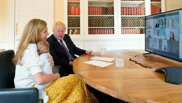 Boris Johnson und seine Frau Carrie mit Sohn Wilfred bei einem Videocall. (Bild: Andrew Parsons / Eyevine / picturedesk.com)