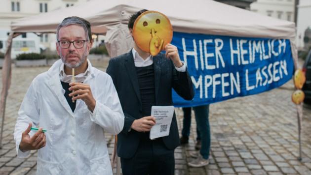 Die JVP nahm bei ihrer Aktion die Haltung der FPÖ zur Impfung auf die Schaufel. (Bild: ÖVP/Pargan)