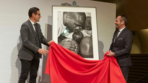 Bundesratspräsident Peter Raggl (ÖVP) und Eric Falt (re.), UNESCO Assistant Director-General enthüllen eines der Hauptgewinner-Fotos. (Bild: Parlamentsdirektion/Thomas Topf)