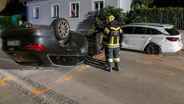 Parkendes Auto gerammt und anschließend überschlagen (Bild: Manfred Wimmer, info@feuerwehr.media)