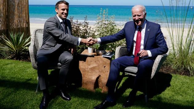 Entspannungssignale zwischen Washington und Paris: Nach dem schweren Zerwürfnis im U-Boot-Streit wollen US-Präsident Joe Biden (re.) und Frankreichs Präsident Emmanuel Macron im Oktober zu einem persönlichen Treffen zusammenkommen. (Archivbild) (Bild: The Associated Press)
