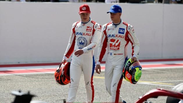 Nikita Mazepin (li.) und Michael Schumacher (Bild: APA/AFP/Mazen MAHDI)