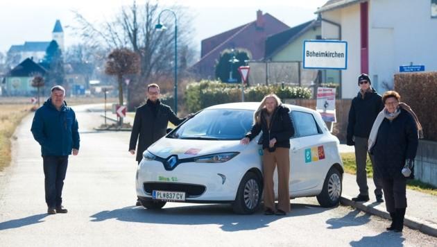Setzen auf Fahrten mit Elektroauto: Obmann Simon Schmatz (2. v. li.) mit Vereinsmitgliedern. (Bild: emobö)
