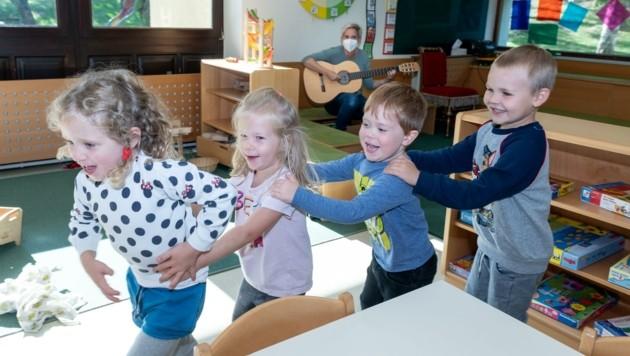 Trotz aller Hygienemaßnahmen darf auch der Spaß im Kindergarten nicht zu kurz kommen. (Bild: molnar attila)