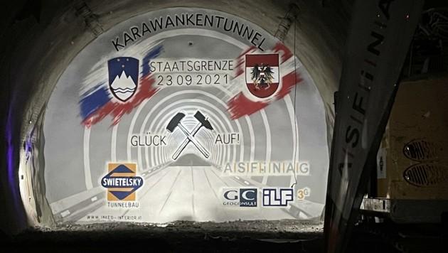 Ein Kunstwerk im Tunnel soll den Durchbruch symbolisieren. (Bild: Marcel Tratnik)