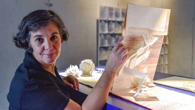 Daphna Weinstein präsentiert Papierarbeiten, welche derzeit noch in Kufstein ausgestellt sind. (Bild: Hubert Berger)