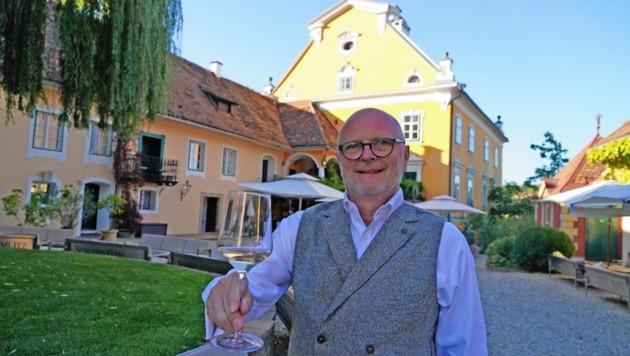 Hans Kilger ließ das Schloss Gamlitz renovieren und vereint dort allerlei Genuss-Freuden. (Bild: Pail Sepp)