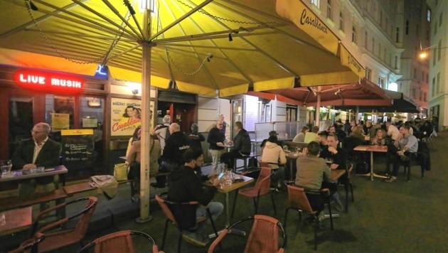 Das letzte Party-Wochenende für Ungeimpfte startete in Wien schon am Donnerstag. Am Schwedenplatz aufgrund des schönen Wetters noch im Schanigarten. (Bild: Gerhard Bartel)