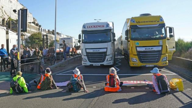 In der britischen Hafenstadt Dover blockierten Aktivisten den Eingang des Hafens, was zu Staus führte. (Bild: AP)