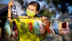 Diese 16-jährige Norwegerin hat während der Pandemie zahlreiche Masken für Freunde und Verwandte angefertigt. Nun muss sie weniger nähen. (Bild: APA/AFP/NTB Scanpix/Heiko Junge)