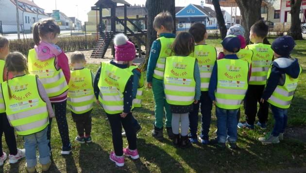 Im Gemeindekindergarten in Deutsch-Schützen werden die Warnwesten schon fleißig beim Spazierengehen getragen. (Bild: Kindergarten Deutsch-Schützen)