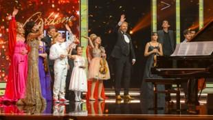 """""""Goldene Note by Leona König"""": Leona König und Thomas Gottschalk mit Elina Garanca, Andreas Schager, Ekaterina Frolova und den Finalisten der """"Goldenen Note"""". (Bild: ORF/Thomas Jantzen)"""