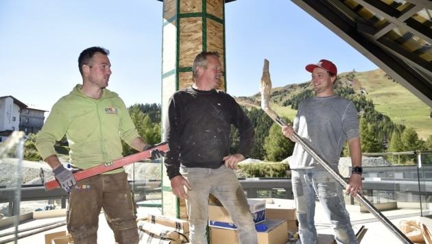 Hans Weißenbacher (Mitte) arbeitet dieser Tage mit seinen Söhnen Hans junior und Andreas an der neuen Schirmbar. (Bild: Holitzky Roland)