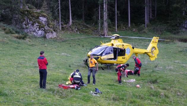 Die Kletterer wurden mittels Tau vom Hubschrauber aus geborgen (Bild: zoom.tirol)