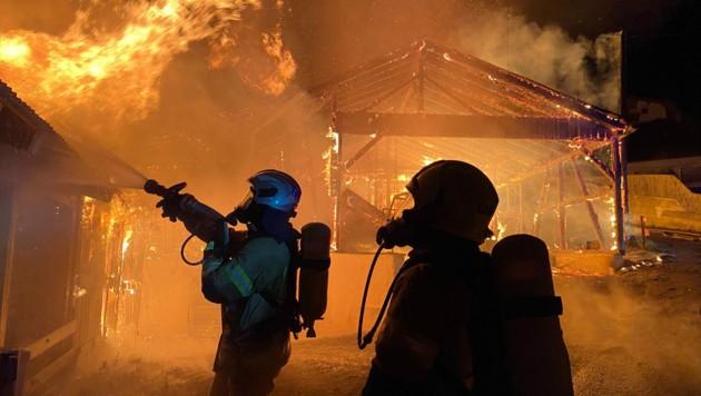 220 Mann der Feuerwehr löschten das brennende Wirtschaftsgebäude. (Bild: zeitungsfoto.at/Liebl Daniel)