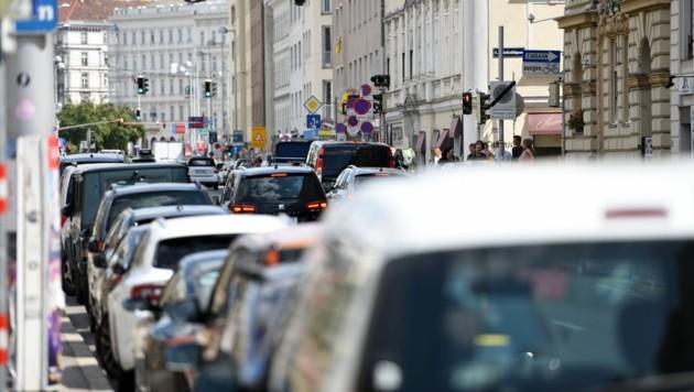 Verkehrsstau vor einer Ampel in Wien: Nur 18 Prozent können sich vorstellen, auf ihr Auto zu verzichten. (Bild: ©Spitzi-Foto - stock.adobe.com)