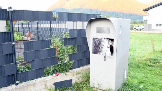 Der völlig zerstörte Radarkasten in Annenheim; bei der Sprennung wurde auch ein Gartenzaun in Mitleidenschaft gezogen (Bild: Hermann Sobe)