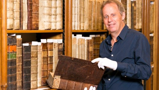 Die Arbeit eines Bibliothekars ist überaus vielfältig und fordernd – Norbert Schnetzer geht ihr aber nach wie vor mit großer Passion nach. (Bild: Mathis Fotografie)