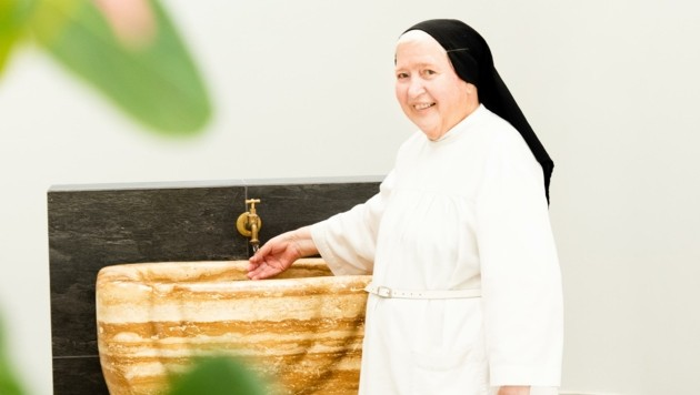 Schwester Elisabeth ist seit langer Zeit für die Kneippgüsse zuständig. (Bild: Hauswirth/Marienkron)