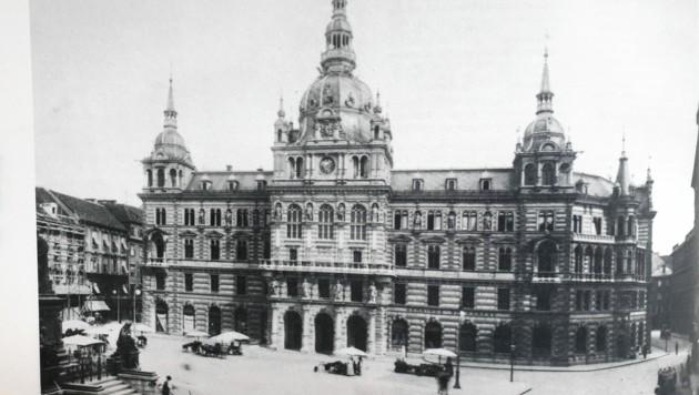 """Rathaus-Fotografie mit Standln. (Bild: Aus dem Buch """"Lebendige Altstadt"""", Stocker Verlag)"""