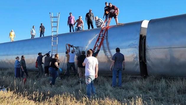 Im US-Bundesstaat Montana ist ein Zug entgleist, mehrere Waggons kippten auf die Seite. (Bild: AP/Kimberly Fossen)