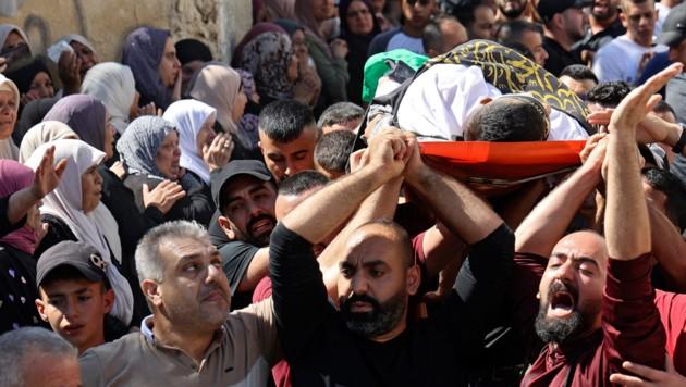Trauernde tragen den Leichnam eines nahe Jenin getöteten Palästinensers. (Bild: APA/AFP/JAAFAR ASHTIYEH)