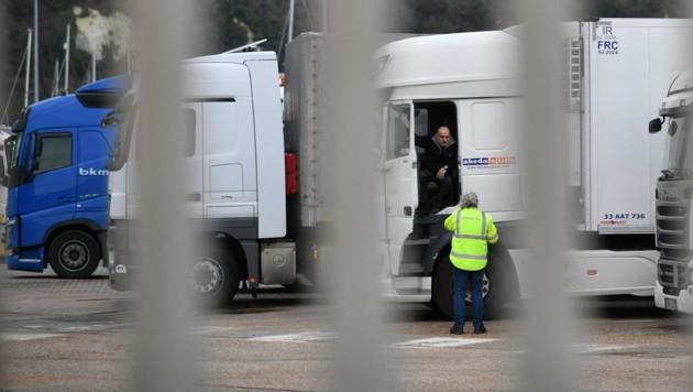 Ausländische Lkw-Fahrer sollen die Lieferketten in Großbritannien nun wieder in Gang bringen. (Bild: AFP/BEN STANSALL)