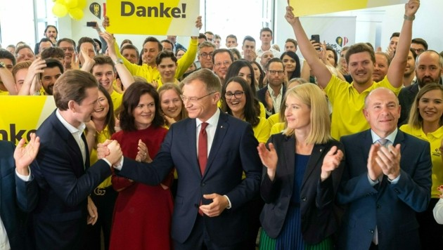 Bundeskanzler Sebastian Kurz und Landeshauptmann Thomas Stelzer mit seinem Team im ÖVP-Wahlzentrum (Bild: APA/TEAM FOTOKERSCHI)