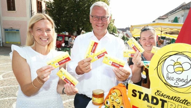 Bürgermeister Thomas Steiner durfte die neue Fairtrade-Schokolade, die von der Firma Zotter produziert wird, bereits verkosten und ist begeistert. (Bild: Judt Reinhard)