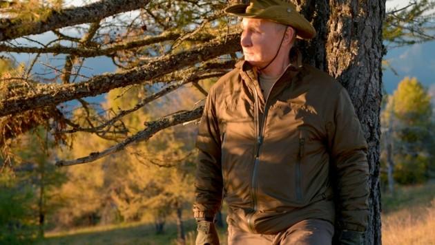 Nein, er posiert nicht für ein Modemagazin - Wladimir Putin macht Urlaub. (Bild: AP/Kremlin Pool Photo/Sputnik/Alexei Druzhinin)