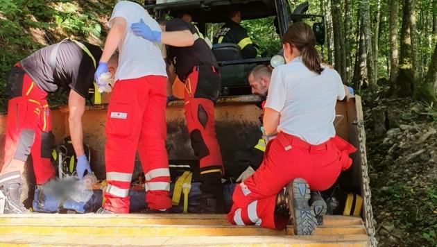 Der Bub wurde mit dem Traktor durch den Wald transportiert (Bild: FF Hofkirchen/Mkr.)