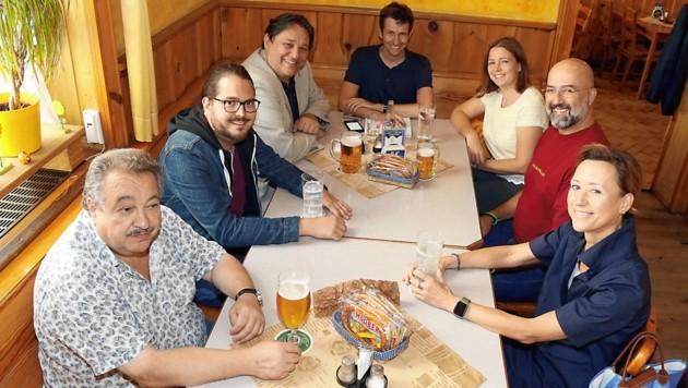 """Im Pirsch-Stüberl in der Grazer Münzgrabenstraße traf sich die Stammwähler-Runde mit der """"Krone"""": Bei Wein, Bier und Würsteln wurde über die Gemeinderatswahl diskutiert. (Bild: Christian Jauschowetz)"""