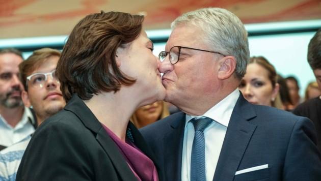 Klaus Luger herzte und küsste überglücklich und dankbar seine Michaela. (Bild: Einöder Horst)