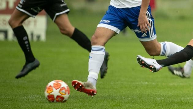 Rotenbergs Kevin Bentele (re. im Spiel gegen Röthis) war am Sonntag gewaltig in Torlaune. (Bild: Maurice Shourot)