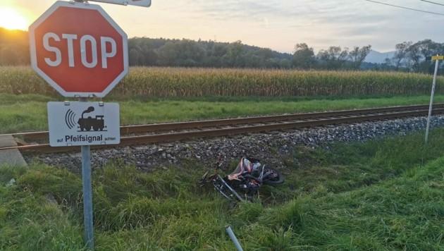 Das Zweirad wurde in den Straßengraben geschleudert. (Bild: FF Schölbing)