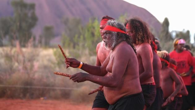 Mitglieder des Stammes der Anangu (Bild: APA/AFP/Saeed KHAN)