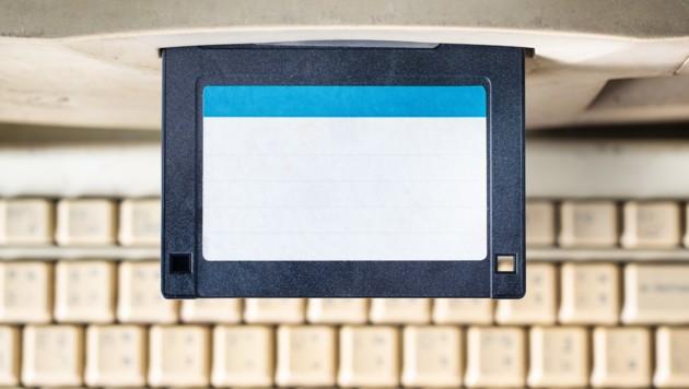 In den Achtzigern und Neunzigern waren Disketten noch Alltag. Heute sind längst modernere Speichermedien im Einsatz. (Bild: stock.adobe.com)