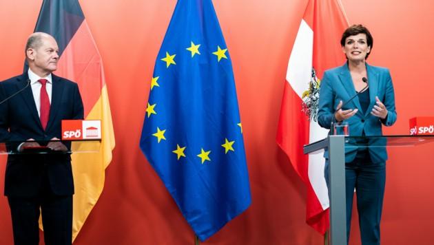 Olaf Scholz und Pamela Rendi-Wagner bei einem Treffen im August 2020 in Wien (Bild: APA/GEORG HOCHMUTH)